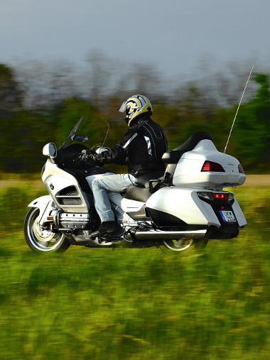 A Honda mindent belesűrített a Gold Wingbe, amit ma tud. Az eredmény egy elképesztő motorkerékpár. Nagyobb tempónál hiányzik a hatodik fokozat