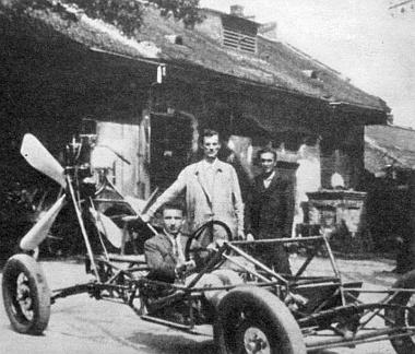 Ez a kép 1928-ban készült, a karosszéria nélküli vázszerkezet mögött Hegyi Győző és Nagy Károly, a vezetőülésben Vigh Mihály