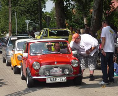 """Varga Gábor """"Golyó"""" és Kőváry Barna autós újságíró indította el járási körútjára a mintegy 70 veterán autóból és motorból álló mezőnyt Gunarasból (A szerző felvétele)"""