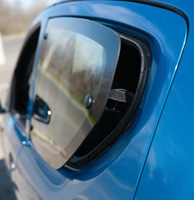Kihalófélben lévő megoldás: hátul billenőablakokat alkalmaz a Suzuki