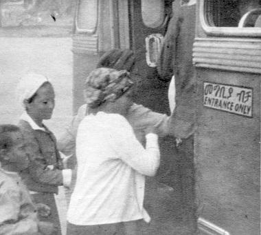 Amhara és angol nyelvű felirat egy buszon: Csak felszállás! A zsúfoltság jellemző minden órában