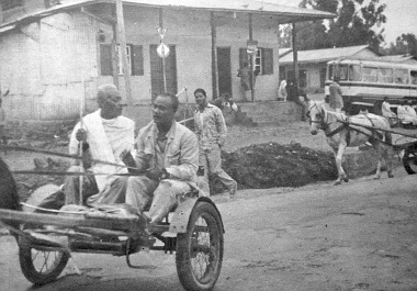 Addisz Abeba szélén ilyen ellentmondásos az utca látványa... Busz és lovas taxik