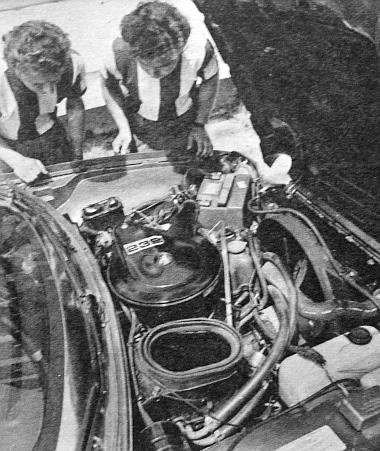 A függőszelepes motorból itt ugyan nem sok látható, hiszen majdnem mindent takar a jókora száraz légszűrő, amely mellett az utastérbe vezethető levegő jól szigetelt aknája tátong