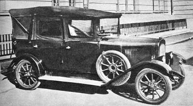 A húszas évek stílusának, divatjának megfelelő külső semmit sem árul el arról, hogy a kocsi orrában lemezmotor van