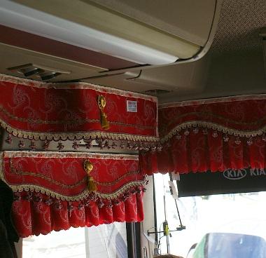 Nem csak autókat gyárt a Kia, mi például Kia nagymadár (Granbird) busszal néztük meg Tyument. A képen látható függöny gyári felszerelés. Vajon a személyautókhoz miért nem kínálnak ilyet?