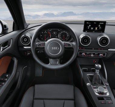 Látványosan egyszerű műszerfal, perfekcionista minőségérzet és kidolgozás. Mindezt csúcstechnikával spékeli meg az Audi