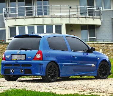 A hátsó spoiler a Clio V6-osét utánozza, de keskenyebb kivitelben