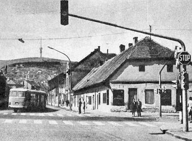 A középre is függesztett lámpajelzés több biztonságot ad Pécset is