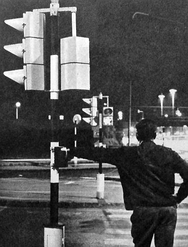 Ma már több helyen található olyan jelzőlámparendszer, ahol a gyalogosok önmaguk jelezhetik áthaladási szándékukat. Ilyen működik a Mexikói úton is