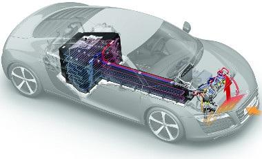 A Panasonic akkumulátor közel 6 mázsát nyom. A T-alakú akkumulátor hőmérsékletét vízhűtéssel tartják kordában