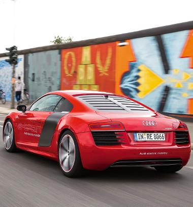 Prímán viselkedik versenypályán az R8 e-tron, a 200 km/órát egy töltéssel akár 30 percig is képes tartani