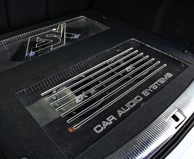 LED-fényes, terhelhető plexi alatt a mélynyomók és az erősítő