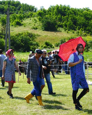 Pályabejáráson a versenyzők. A stílszerű öltözék indulási feltétel