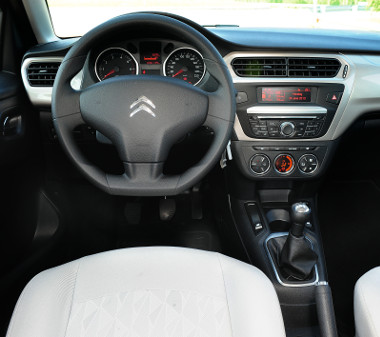 Nyári forróságban jól jön a légkondi feláras (30 000 Ft), MAX funkciója. Világos betétet kap a Citroën műszerfala, a minőség rendben van