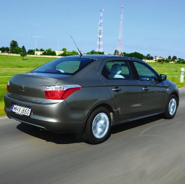 Szemből megszólalásig hasonlít a C4-esre, egyébként a Peugeot 301-nél karakteresebb a megjelenése