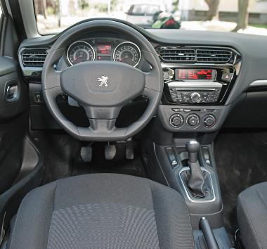 Sötét a Peugeot műszerfalbetétje, egyébként ugyanazok a kapcsolók, mint a Citroenben