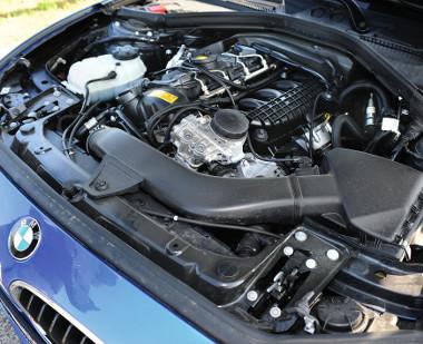 A sorhatos erőmű jócskán kitölti a kis BMW motorterét