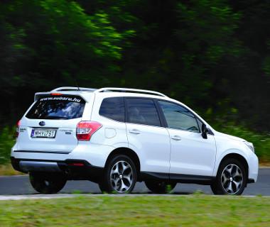 A Sport felszereltségi szinthez módosított lökhárító és 18 colos felnik járnak, SUV létére igen jó a Forester menetkomfortja