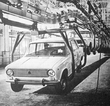 A Volgai Autógyár központi futószalagja, ahol a Zsigulik készülnek
