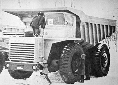 BelAZ-549, a 75 tonnás, dízelmotoros billenőkocsi. Külszíni fejtéseknél alkalmazzák. Teljesítménye 850 lóerő. Minden kereke hidropneumatikus rugózású (fotó: V. Sztrelkov)