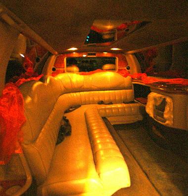 Esküvőkre és bulikra bérelik jellemzően a Town Car-t, a hátsó rész hivatalosan hétszemélyes - ennyi biztonsági öv van
