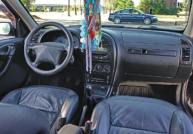 Tip-top a 12 éves autó utastere. Minden belső világítást emelt fényű LED-ekre cserélt a tulaj, és telepített kilépőfényeket is