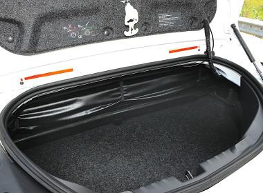 A tető zsákja miatt változó méretű a csomagtér, de mindig kicsi