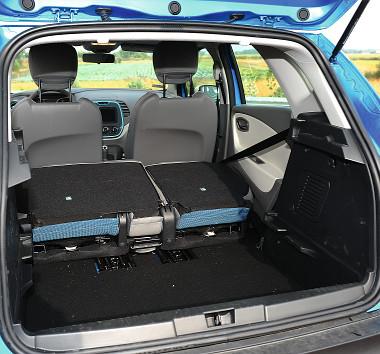 Nemcsak a kabinból, hanem a csomagtérből is tologathatók a hátsó ülések. A kivehető raktérpadló alatt mély üreg lapul