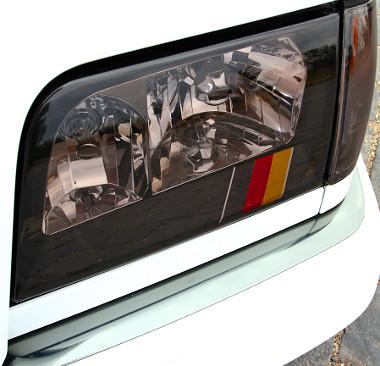 A lámpabelső bőrhatású fóliás, benne a német zászlóval