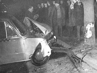 Az első baleset helyszíne. A taxi, amelyet a járdán levő élő fának lökött a Warszawát vezető autótolvaj