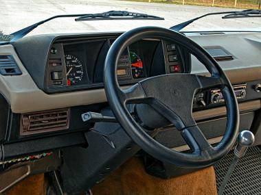 A sportkormány a 80-as évek stílusában, de az autó 91-es