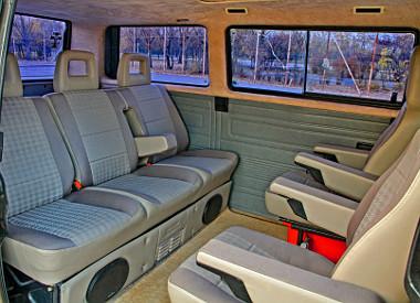 A második üléssort két önálló karfás ülés váltotta. Így nagyvonalúbb az utastér, de az eredetinél eggyel kevesebben utazhatnak