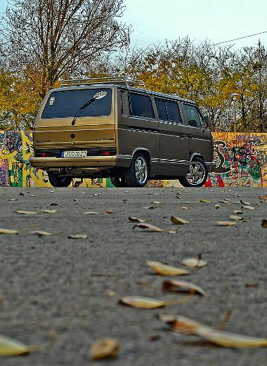 6x15 colos polírozott Fuchs replika felnik a VW buszon, színezett üvegek és spoilerszett teszi vonzóvá a VW T3-ast