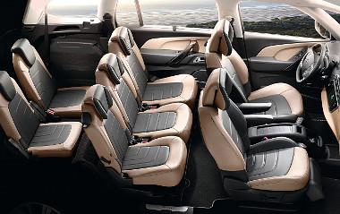 Sínen tologathatóak a középső sor ülései, a két hátsó ülés feláras extra