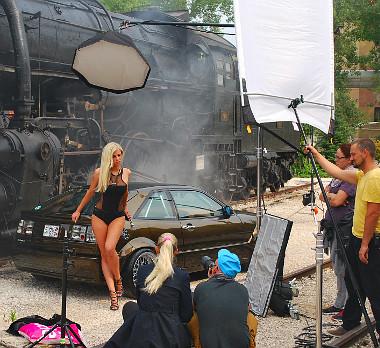 A VW Corrado és egy gőzmozdony a háttér. A füst persze csak effekt