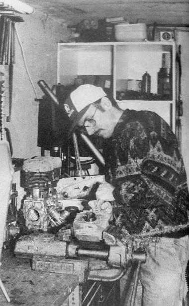 """Varga Zsolt, a műhely tulajdonosa a flexibilis tengelyű marógéppel éppen egy Babettába """"épít be"""" pluszlóerőket"""
