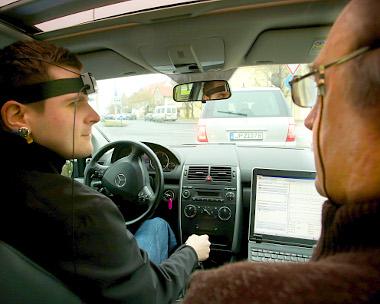 Adorján viktor bekábelezve a vezetőülésben, Petrekanits professzor az anyósülésben, az adatokat rögzítő számítógéppel