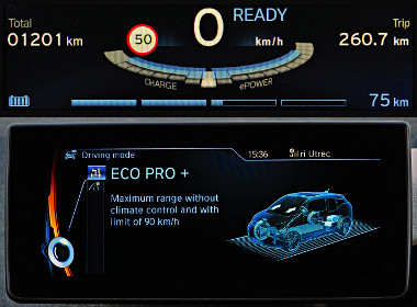 A teljesítménymérő diagram alatt a töltöttség és a hatótáv, opcióként sebességhatár-kijelzés. Az Eco Pro+ mód letiltja a légkondit