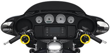 A rádió a kormányvégeken elhelyezett joystickekkel is vezérelhető