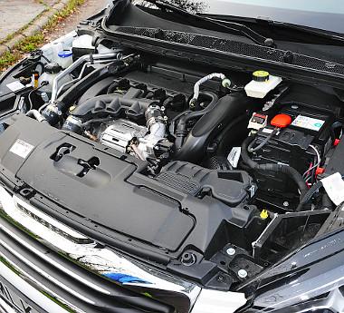 Bravúros benzines: alulról húz, közel 7000-ig pörgethető és csendes üzemű az erősebbik 1,6-os THP