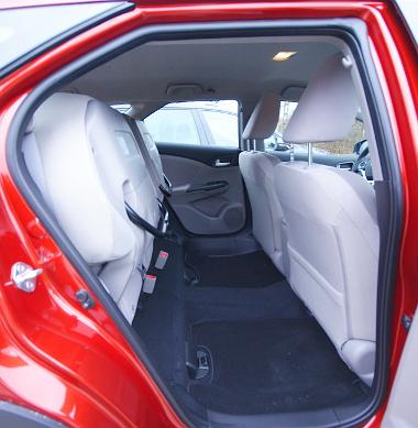 Magas, nem dönthető tárgyak szállításához ideális a felhajtott hátsó ülés