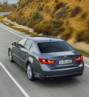 Az eko-hibriddel a 2,0 literes dízel ellenfelek életét igyekszik megnehezíteni a Lexus