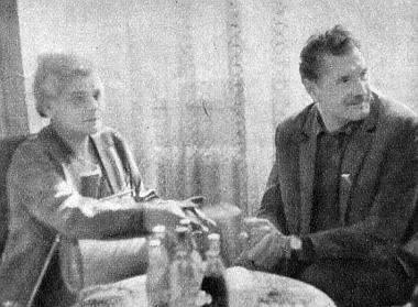 Vass Istvánné, az Országgyűlés alelnöke és Vaszilij Zaharcsenko érdeklődéssel hallgatják a túraút egyik résztvevőjét