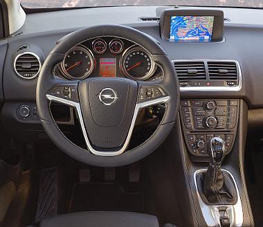 Kellemes vezetőhely, szabadidő-autósan magas üléspozíció. Az IntelliLink navigátor 250 ezer forint