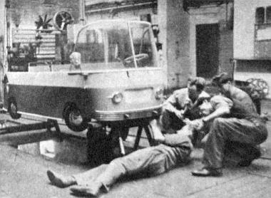 """Egy kép a kerületi fiatalok nagy értékű hozzájárulásáról. A Mávaut kiszesei 500 munkaórát fordítottak a tízezer forint értékű kis – pedálokkal működő - """"Panoráma"""" autóbusz elkészítésére. És készül már a második is..."""