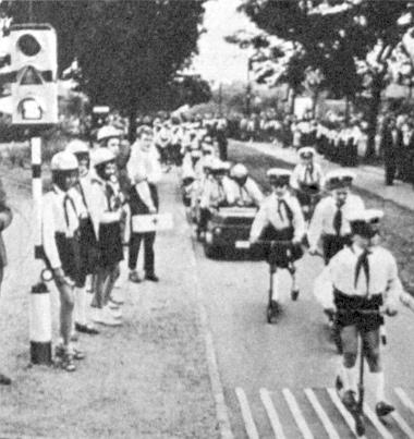 Úttörő közlekedési járőrök rolleren vezették a megnyitó ünnepség felvonulását. Nézzük meg az új típusú forgalmi lámpát: ennek jelzéseit a színtévesztők is felismerik...