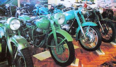 A középen látható Puch 350-es rendszeresítve volt a magyar honvédségben