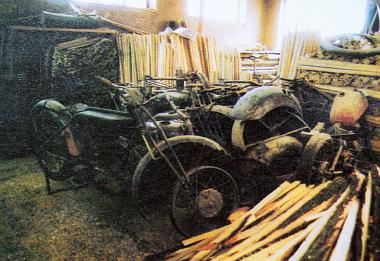 Restaurálásra váró motorok a szerszámnyélgyártó üzemben. Több mint hatvan gépből áll a tartalék