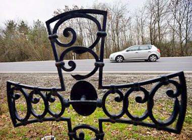 Tragédiákat jelez a út mentén a kereszt. Sokszor már halálútnak is hívják a 25-ös Kerecsend és Eger közötti szakaszát. Idén hárman vesztették ott életüket. Fotó: Lénárt Márton