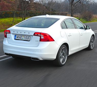 Átrajzolt lámpák és új ütköző dobják fel a hátsót. Az S60-as a hasonló motor-váltó konfigurációval kínált C-osztályos Mercinél 1,8 millióval olcsóbb!